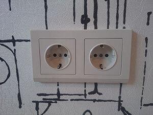 Услуги электрика в Москве, установка розеток и выключателей, подключение люстры, гарантия на все услуги электрика в течение 5 лет.