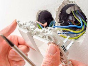 Услуги электрика в Москве, установка розеток и выключателей, подключение люстры, монтаж проходного выключателя.