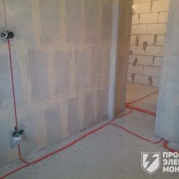 Прокладка кабеля в гофре по полу и установка подрозетников
