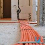кабель по полу в гофре