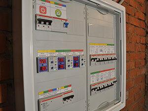 Услуги электрика в Москве, установка розеток и выключателей, подключение люстры, ремонт электропроводки, монтаж электрощитов.