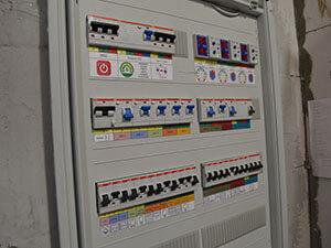 Электрик на дом в Москве, внутренние электромонтажные работы, сборка и монтаж электрощитов, гарантия на электромонтаж.