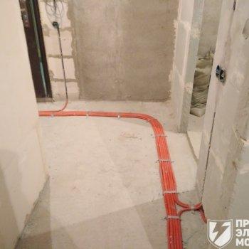 Прокладка кабеля по полу в ПНД гофре