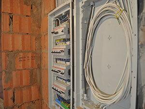 Электропроводка в деревянном доме, стоимость электромонтажных работ в деревянном и загородном доме, Профессиональный электромонтаж в доме низкие цены.